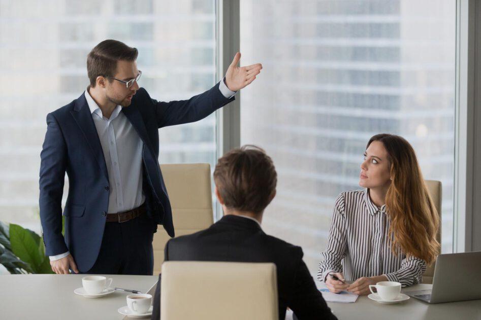 Geschäftsmann übt Kritik an Mitarbeiterin