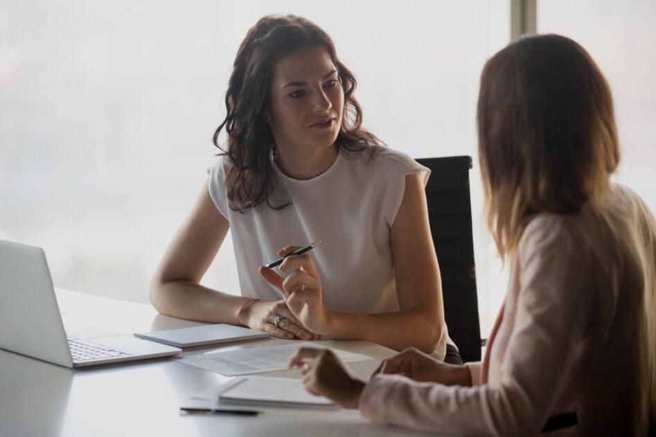 Frau hört ihrer Gesprächspartnerin aufmerksam zu